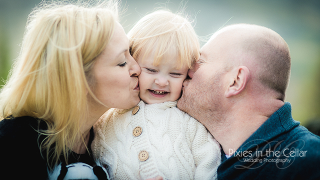 couple kissing daughter