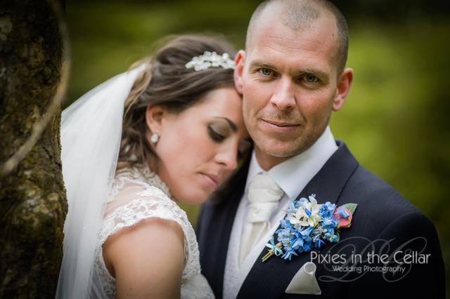 groom white cravate blue button hole