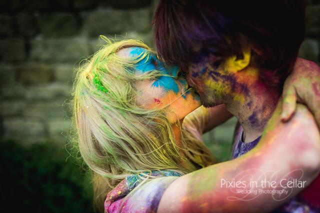 kissing with holi powder