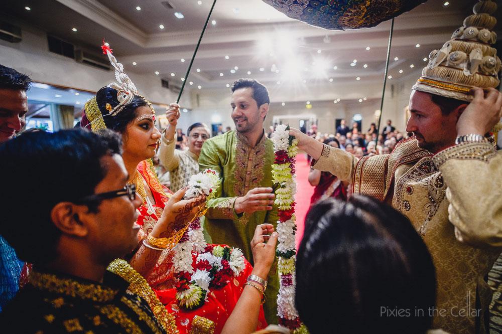 bride groom exchange garlands