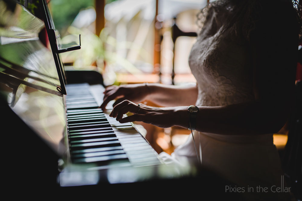 bride playing piano, relaxed genuine photography